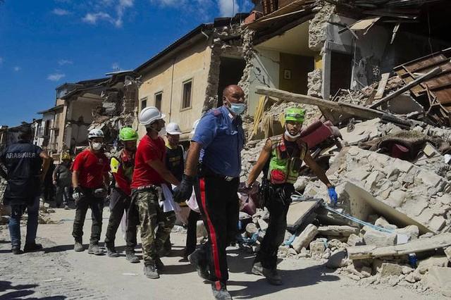 Đến thời điểm hiện tại, ước tính đã có 247 người thiệt mạng sau trận động đất tại Italy (Ảnh: AP)