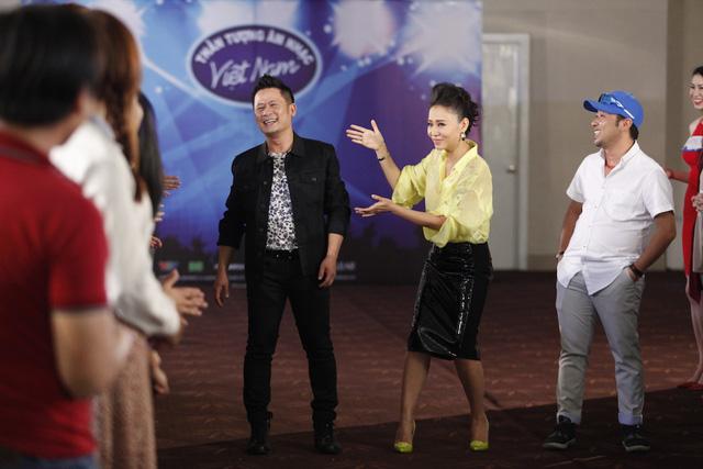 Ba giám khảo không ngừng tung hứng và cười đùa vui vẻ trước các thí sinh.