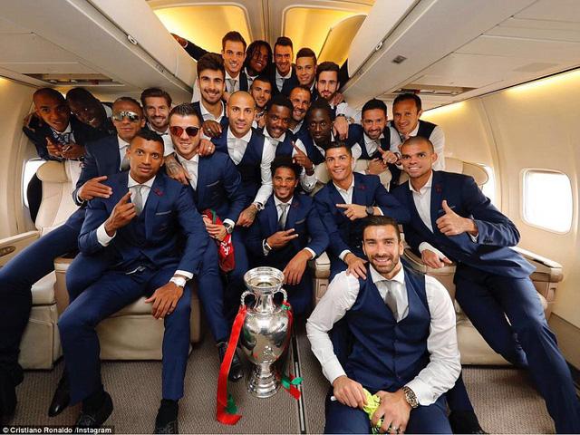 Các tuyển thủ Bồ Đào Nha ăn mừng trên chuyên cơ bay về nước ngay sau khi đánh bại chủ nhà Pháp.