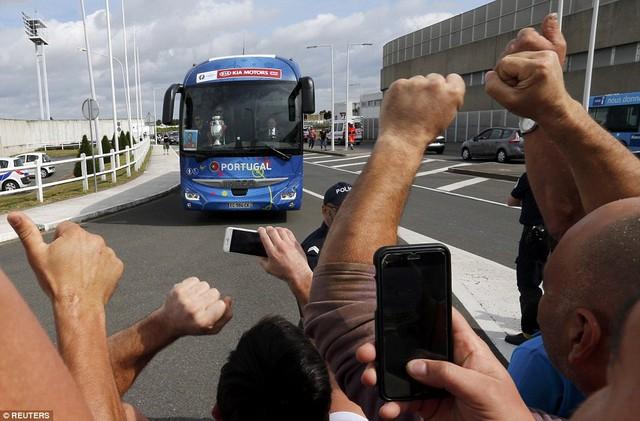 Sau khi đáp xuống sân bay, toàn đội di chuyển về trung tâm thủ đô Lisbon bằng ô tô.