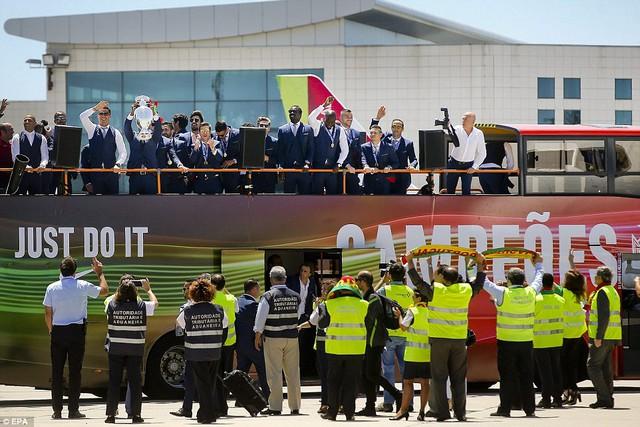 Màn ăn mừng bắt đầu trên chiếc xe buýt của đội được chuẩn bị sẵn đi dọc các tuyến phố.
