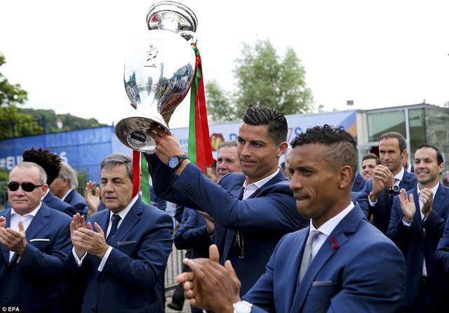 Nani và Ronaldo, hai công thần của ĐT Bồ Đào Nha.