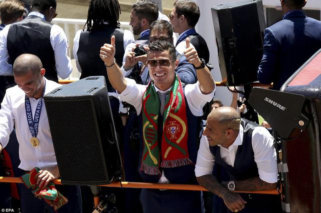 Ronaldo nở nụ cười rạng rỡ sau nhiều lần khóc ròng trong trận CK EURO 2016.