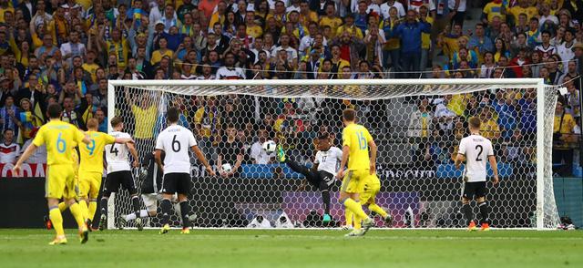 Jerome Boateng giúp ĐT Đức tránh được 1 bàn thua trông thấy