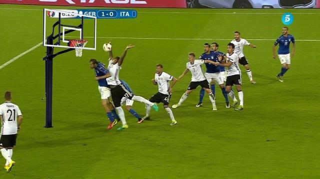 Boateng quả rất hợp với môn bóng rổ đấy