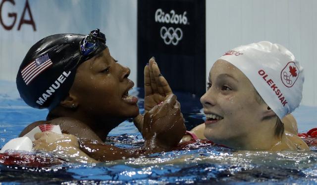 Hai VĐV Manuel và Oleksiak cùng giành HCV nội dung bơi tự do 100m