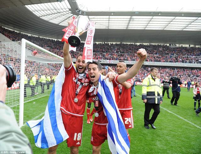 Người hùng Stuani (trái) ăn mừng thành công của toàn đội.