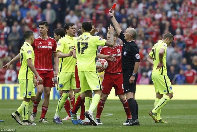 Đáng tiếc, Stephens đã có pha phạm lỗi ác ý và nhận thẻ đỏ rời sân sau đó 4 phút.