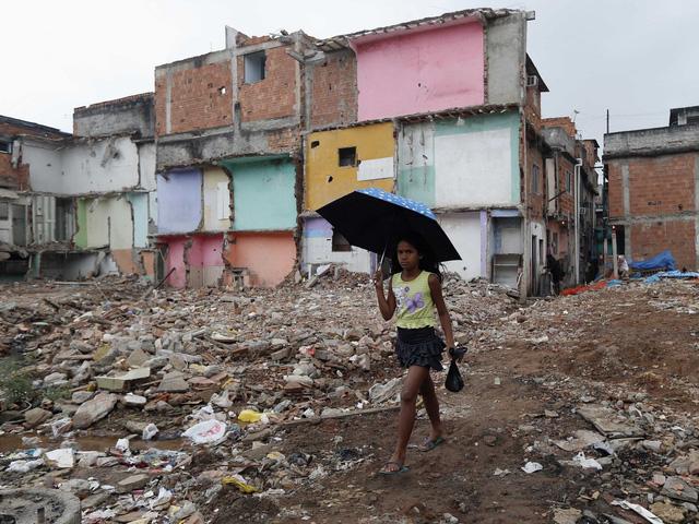 Một bé gái ở khu ổ chuột Manguinhos giữa thủ đô Rio de Janeiro.