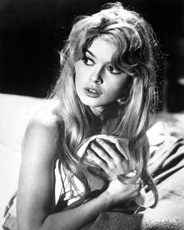 Brigitte Bardot được biết đến là kiều nữ tóc vàng vô cùng gợi cảm của Hollywood. Bà nổi tiếng những năm 1960 qua các bộ phim And God Created Woman, Contempt, Viva Maria!.