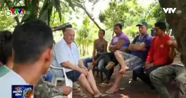 Brother Ludwig (áo trắng ngồi giữa) là một nhà tuyên truyền môi trường nhiệt huyết suốt 30 năm qua.