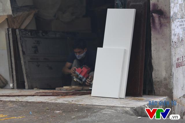 Các xưởng đồ mộc mọc lên, vô tư xả bụi, phát tán mùi sơn ra môi trường.