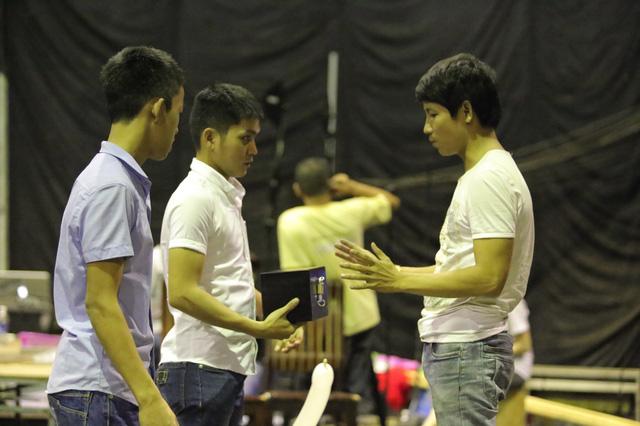 Hai anh em ảo thuật Bùi Văn Lam - Bùi Văn Đức Lợi (thứ tự 1,2 từ trái sang) trao đổi với người hướng dẫn để chuẩn bị cho tiết mục bán kết một cách tốt nhất.