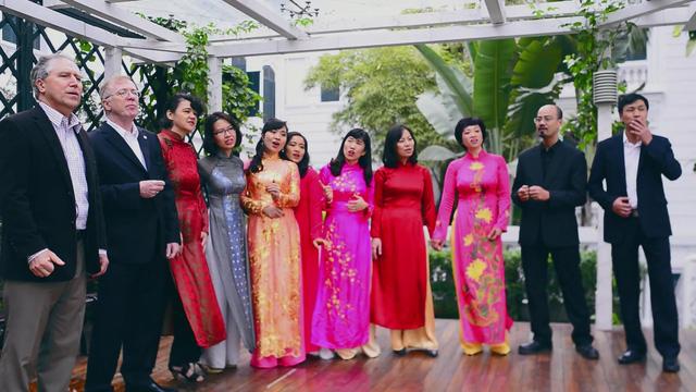Ngoài ra, các thành viên của Đại sứ quán Canada tại Việt Nam sẽ trở thành các nghệ sĩ nghiệp dư, dành tặng khán giả bài hát Phút giao thừa lặng lẽ.