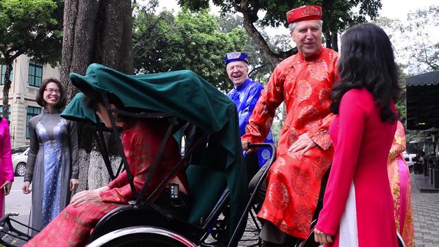 Thành viên Đại sứ quán Canada diện những bộ trang phục truyền thống của Việt Nam.