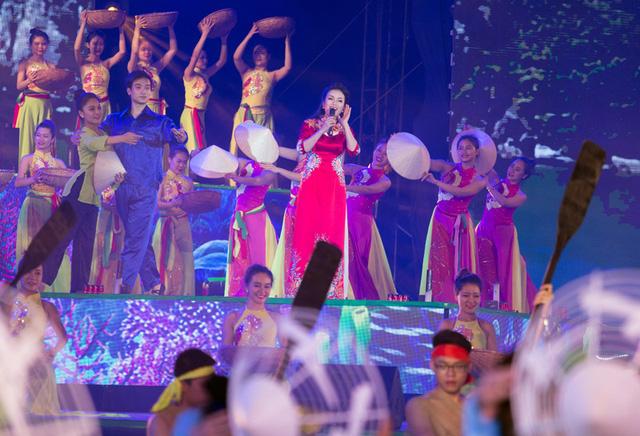 Kết hợp với những phần trình diễn sân khấu đến từ những ca sĩ tên tuổi và dàn vũ công chuyên nghiệp (Ảnh: Đài PT-TH Quảng Ninh)