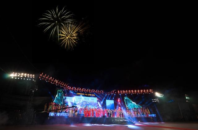 Màn pháo hoa xen giữa các tiết mục biểu diễn cũng là điểm nhấn của Carnaval năm nay