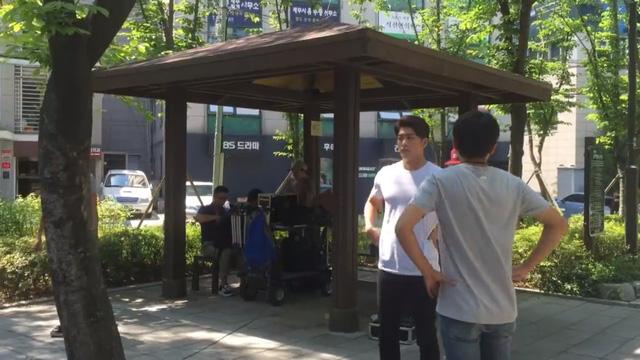 Kang Tae Oh trên trường quay của Tuổi thanh xuân.
