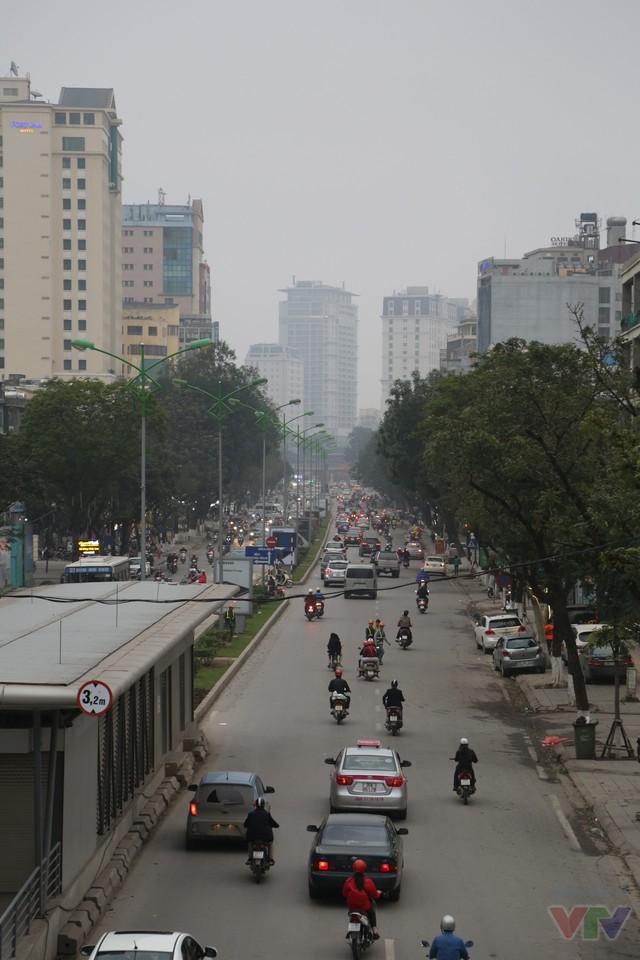 Hướng về phía Láng Hạ, con đường khá đẹp với 2 hàng cây xanh và các tòa nhà cao tầng hiện đại phía xa