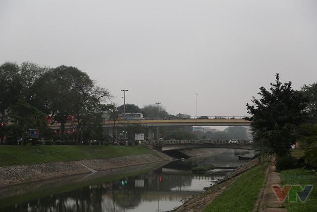 Cầu vượt Láng Hạ - Lê Văn Lương - Láng thông xe tháng 11/2012 với tổng vốn đầu tư hơn 200 tỉ đồng, dài 315m; kết cấu nhịp dầm thép kết hợp bê-tông cốt thép. quy mô công trình cấp vĩnh cửu. Tổng trọng lượng dầm thép của công trình lên đến trên 1.000 tấn.