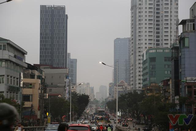 Hà Nội rất Tây với những khối nhà cao tầng san sát dọc hai bên đường Láng Hạ và Lê Văn Lương