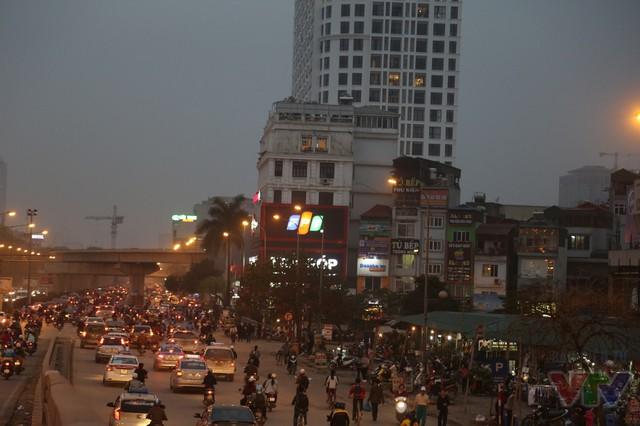 Khu vực Ngã Tư Sở sẽ còn được chỉnh trang hiện đại hơn nữa khi tuyến đường sắt đô thị trên cao Cát Linh - Hà Đông ở phía xa được đưa vào hoạt động.