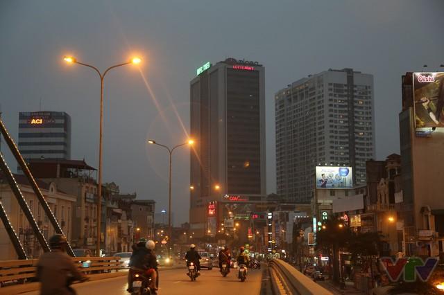 Cầu vượt Ngã Tư Sở là cầu dây văng một mặt phẳng đầu tiên được xây tại Hà Nội. Cầu có chiều dài 237m, rộng 17,5m; gồm 8 trụ, 2 mố, 9 nhịp và 2 đường dẫn.