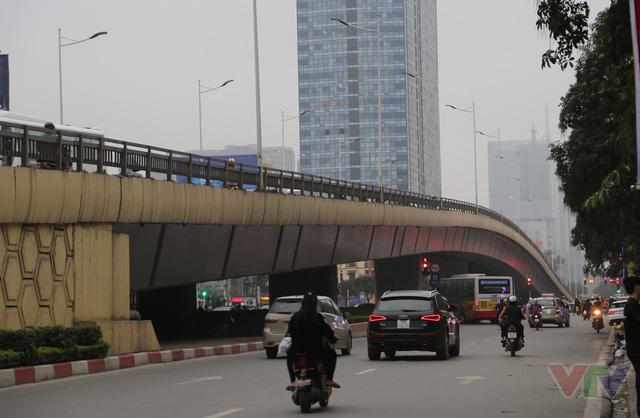 Cầu vượt trên đường Nguyễn Chí Thanh - Trần Duy Hưng có trụ bê tông cốt thép, dầm thép hộp với độ bền vĩnh cửu nên chịu được trọng tải 80 tấn. Cầu dài 315m, rộng 16m với 4 làn xe. được xây dựng và hoàn thành trong năm 2012, trị giá 350 tỉ đồng.