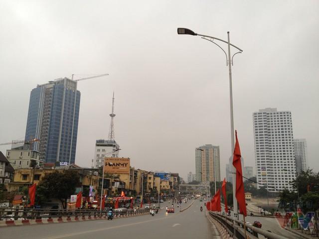 Cầu vượt nằm thẳng trục đường Liễu Giai - Nguyễn Chí Thanh - một trong những con đường đẹp nhất Thủ đô. Cầu vượt này có chiều dài 270m, rộng 16m cho 4 làn xe lưu thông, với tổng kinh phí hơn 360 tỉ đồng.