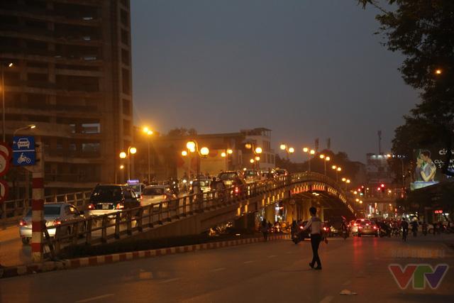 Thông xe cùng thời điểm với cầu vượt Láng Hạ - Thái Hà - Huỳnh Thúc Kháng, cầu vượt Chùa Bộc - Tây Sơn - Thái Hà chạy dọc phố Tây Sơn, dài hơn 249m, gồm 8 nhịp dầm thép liên tục, với tổng mức đầu tư 65,5 tỉ đồng, rộng 9m.