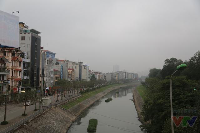 Sông Tô Lịch uốn lượn và dãy nhà san sát trên đường Nguyễn Khang.