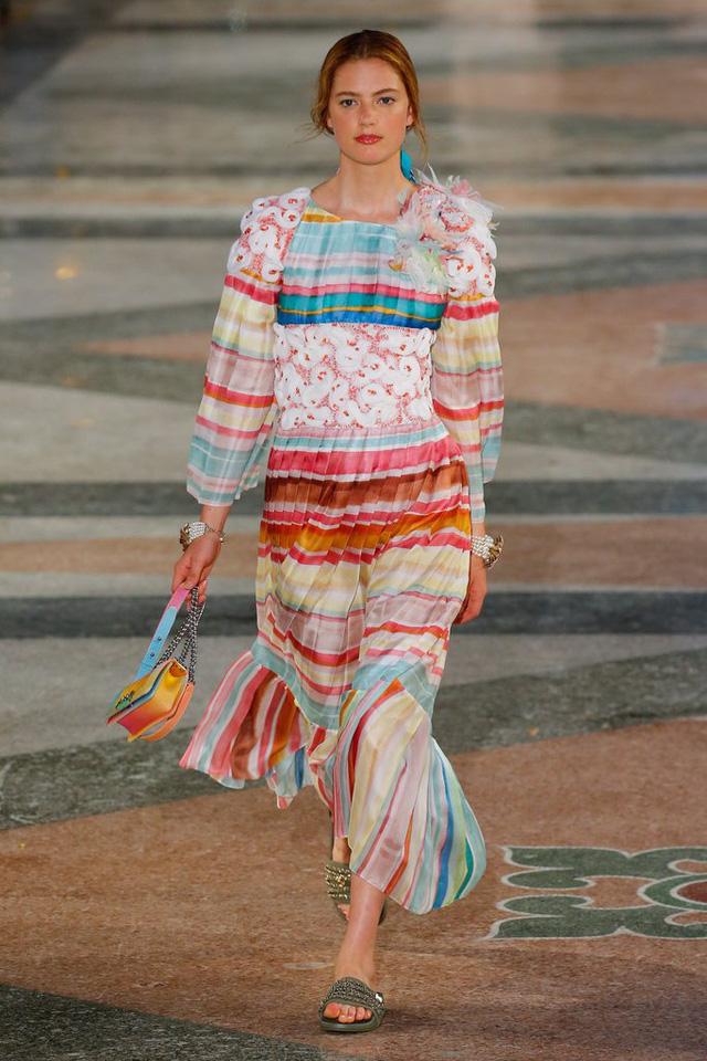 Thiết kế váy maxi mang nhiều màu sắc của Chanel kèm theo phụ kiện không kém phần rực rỡ.