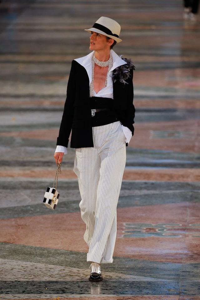 Bên cạnh đó, Chanel còn cho ra mắt thiết kế mang phong cách thanh lịch, cổ điển mà vẫn thể hiện nét phá cách, trẻ trung.