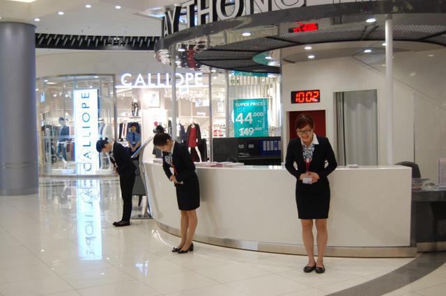 Khách hàng sẽ bắt gặp các nhân viên cúi chào khi đến TTTM AEON MALL, đây là một hành động thể hiện sự hiếu khách và tận tâm phục vụ khách hàng của Nhật Bản.