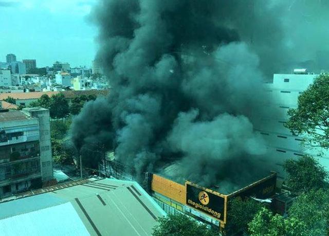 Cột khói đen cao hàng chục mét bốc lên từ vụ cháy.