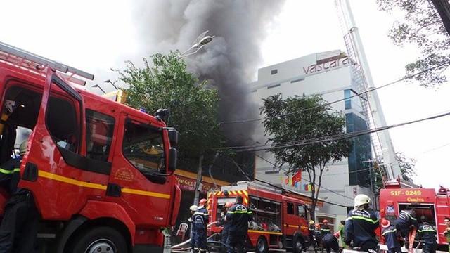 Hơn 10 chiếc xe cứu hỏa được điều động để khống chế đám cháy.