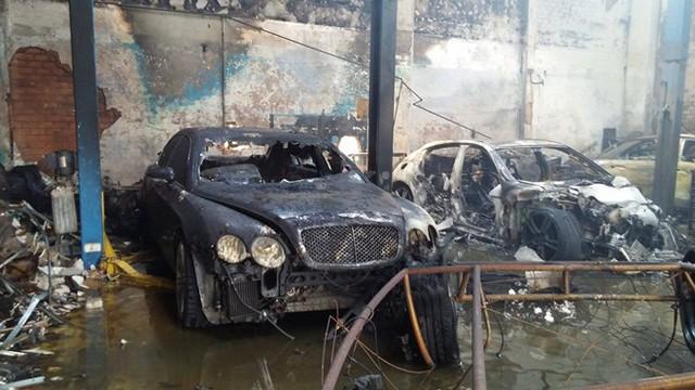 Một số xe sang trong gara đã bị thiêu cháy.