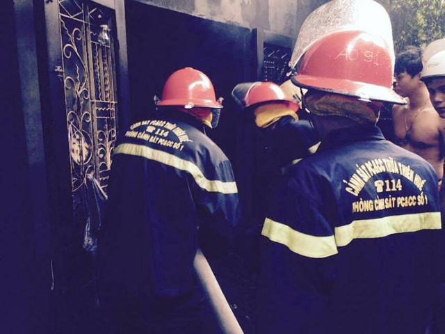 Lực lượng chữa cháy tích cực tham gia dập lửa và ngăn cháy lan.