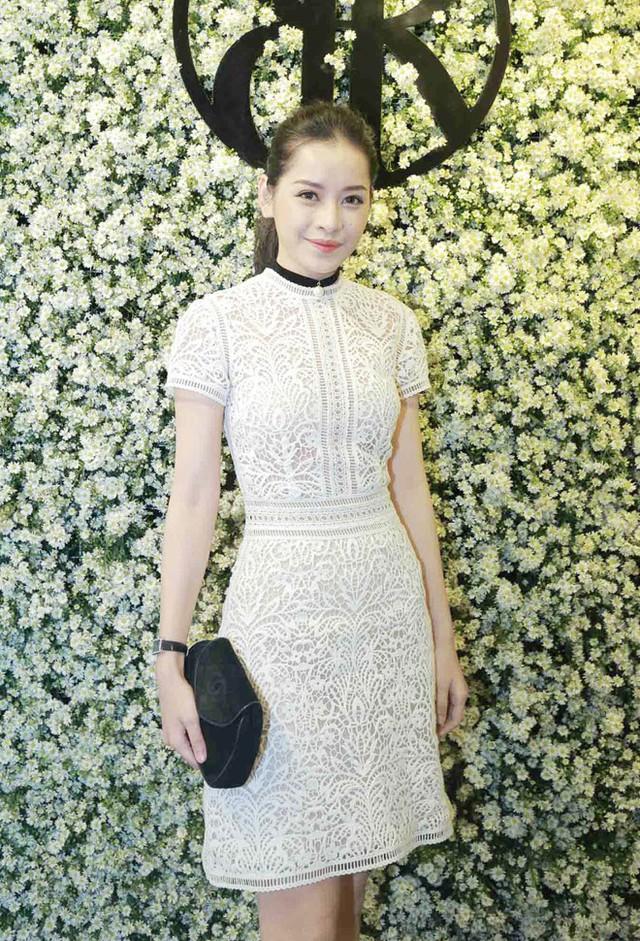 Chi Pu dịu dàng nữ tính trong mẫu váy ren chất liệu cao cấp, cô trang điểm nhẹ nhàng cùng mẫu tóc cột cao năng động
