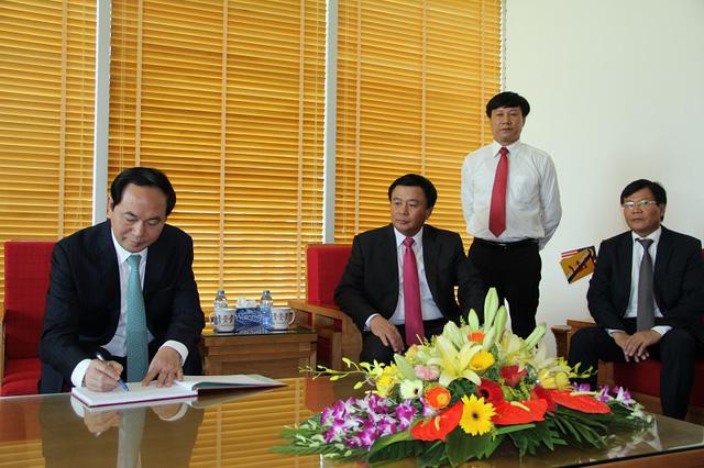 Chủ tịch nước Trần Đại Quang chia sẻ cảm nghĩ trong cuốn sổ vàng sau khi tham quan bảo tàng