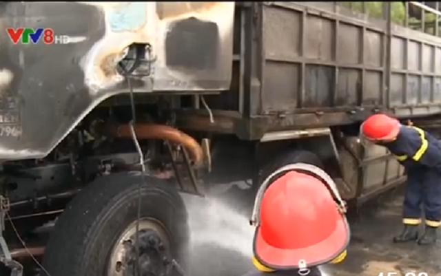 Cảng sát PCCC cứu hỏa xe bốc cháy.