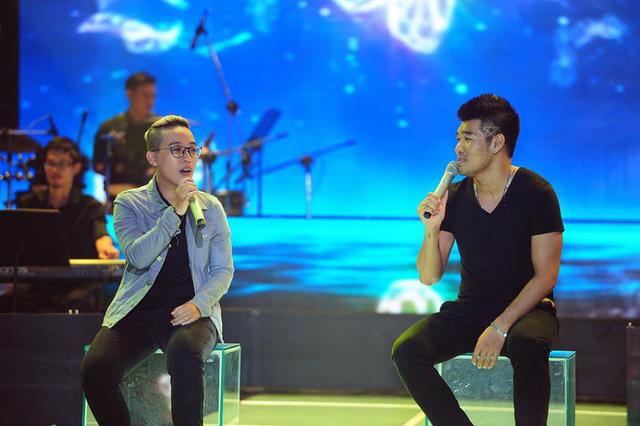 Tạ Quang Thắng trong màn trình diễn thể hiện bài hát Đồng dao mùa hè