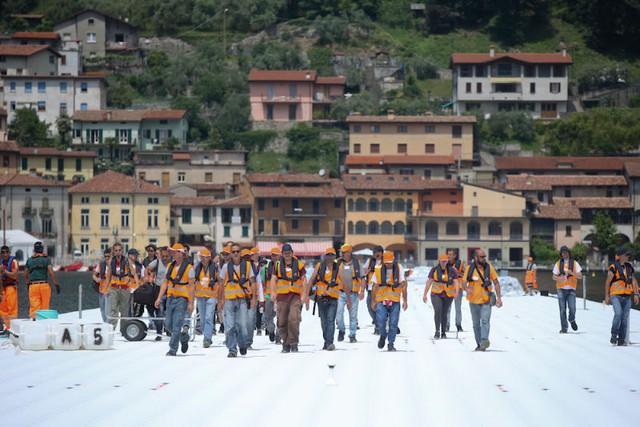 Các công nhân và kỹ sư lắp đặt chiếc cầu phao khổng lồ tại Ý (Ảnh: AP)