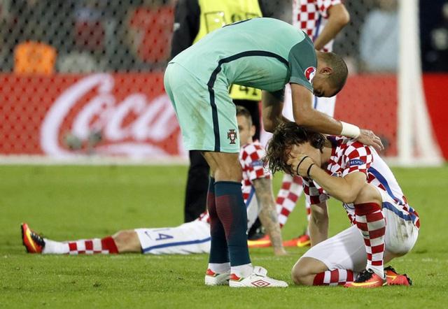 Cả Pepe cũng chạy tới vỗ về Luka Modric.