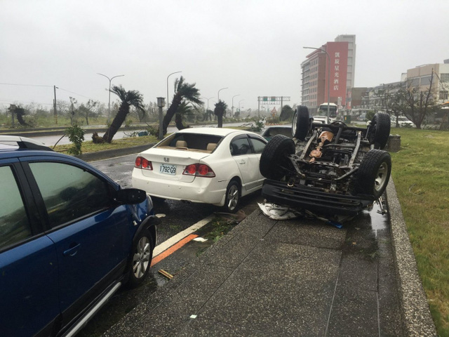 Xe hơi bị lật ngửa do siêu bão.