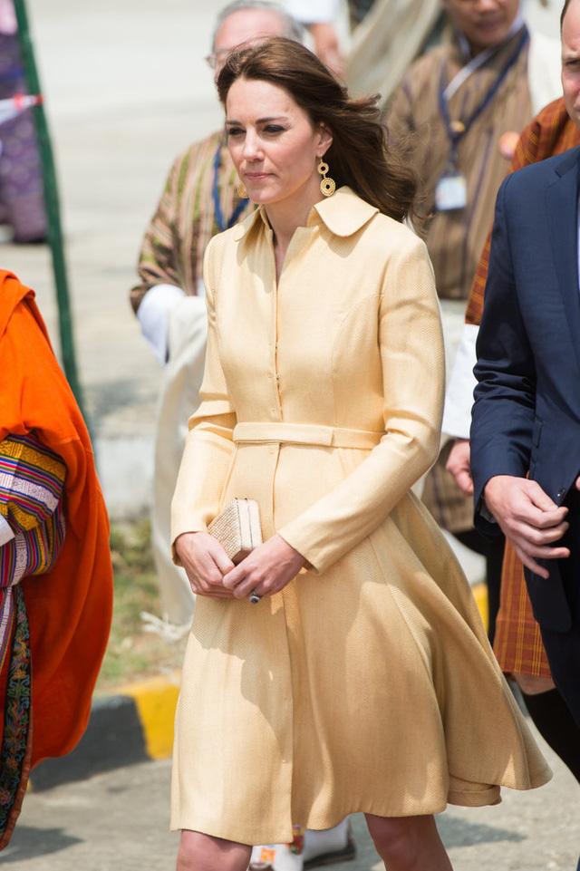 Trong một chuyến đi tới Bhutan, Công nương Kate Middleton diện chiếc váy nhã nhặn của một trong những NTK cô yêu thích, đó là Emilia Wickstead.