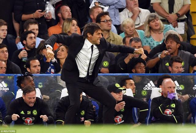 HLV Conte có dịp tái hiện màn ăn mừng đầy cảm xúc của mình