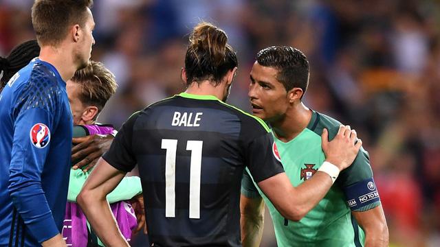 C.Ronaldo thì thầm vào tai Gareth Bale những lời động viên?