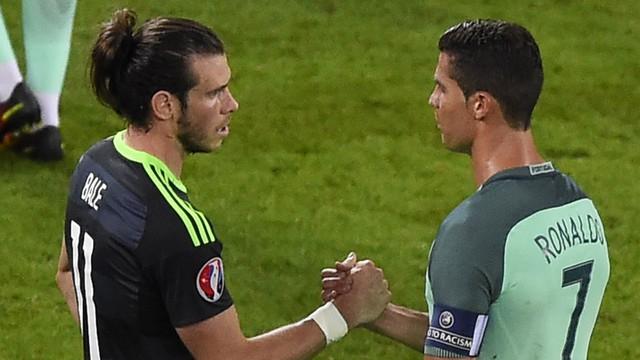2 người đồng đội chung màu áo Real Madrid tỏ ra rất thân tình dù cho Bale và Ronaldo đứng ở 2 bờ chiến tuyến tại EURO 2016.