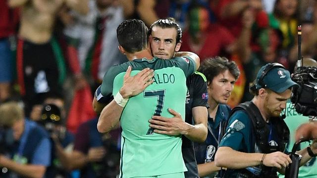Cái ôm thân tình giữa 2 người đồng đội tại Real Madrid.